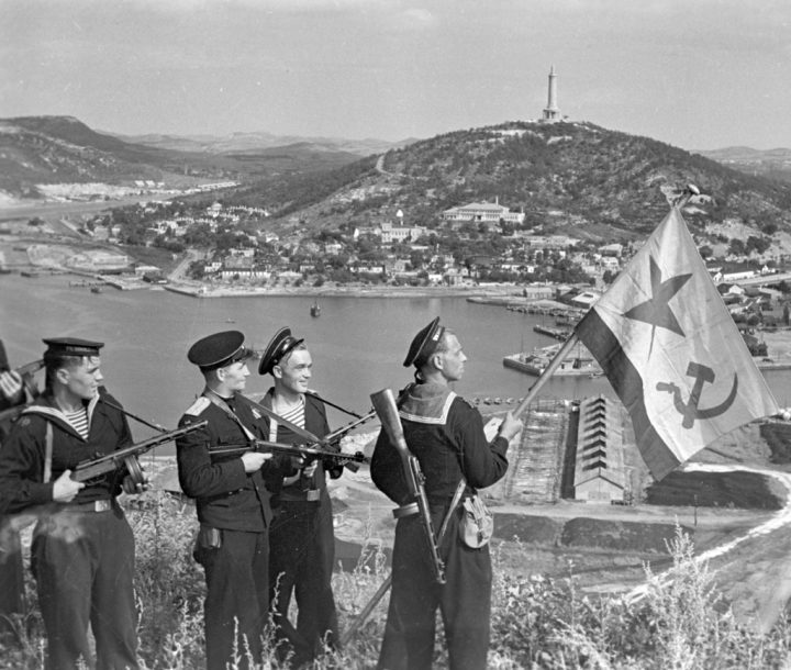 RIAN_archive_834147_Hoisting_the_banner_in_Port-Artur._WWII_1941-1945
