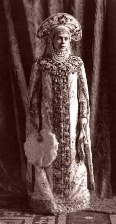 Кокошник великой княгини Ксении Александровны Романовой — послужил источником вдохновения для американских дизайнеров, создававших костюм Амидалы (см. следующие 4 иллюстрации)