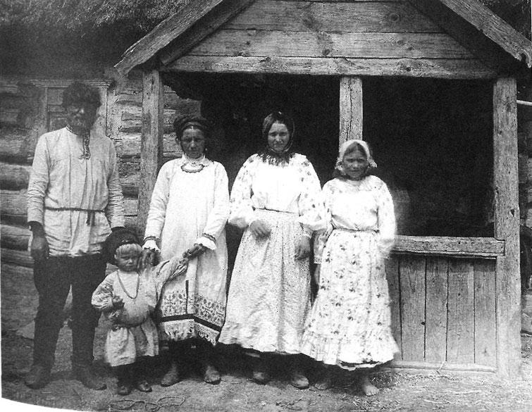 Семья в праздничный день. Орловская губ., Севский у., д. Захарове 1911