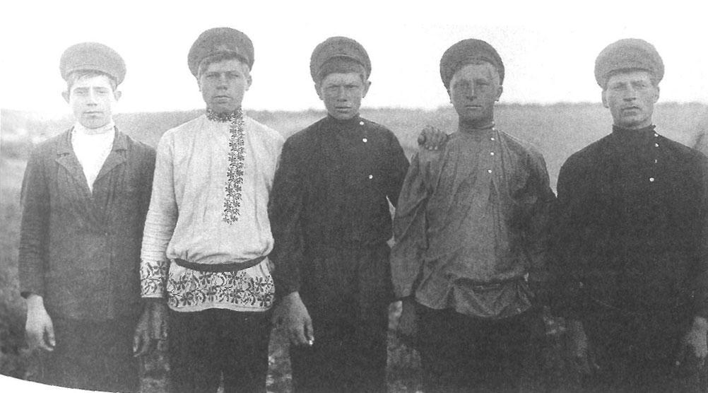 Парни в праздничной одежде. Ярославская губ., Пошехонский у., Софроновская вол., д. Петроково. 1915