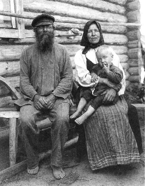 Дед и бабка с внуком. Рязанская губ.. Касимовский у., с. Увяз. 1910