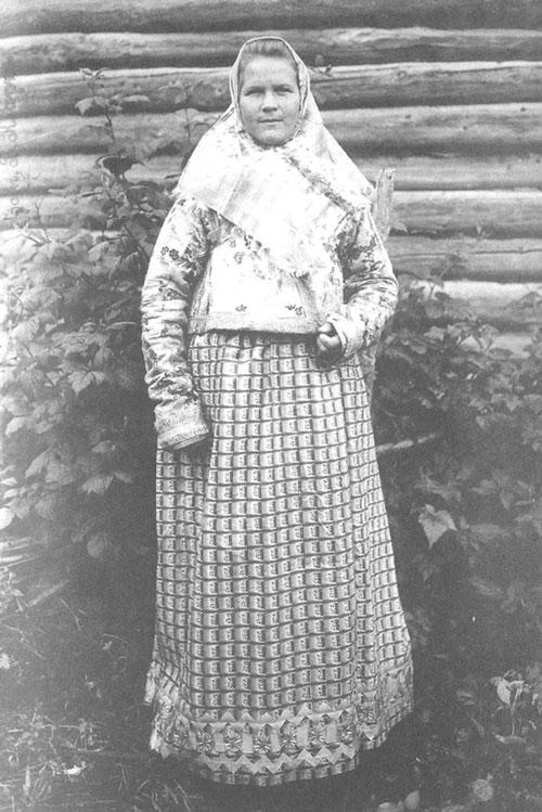 Девушка в праздничном костюме. Костромская губ., г. Галич, Рыбная слобода. 1907