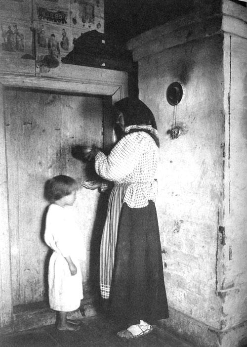 Знахарка лечит ребенка наговоренной водой. Рязанская губ., Касимовский у., с. Увяз. 1914