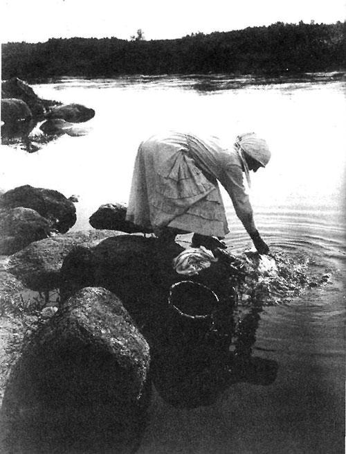Полоскание белья. Радская обл., Колпинский р н, с. Никольское. 1925