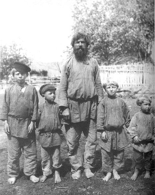 Крестьянин с сыновьями. Рязанская губ., Касимовский у., с. Большие Пекселы. 1910