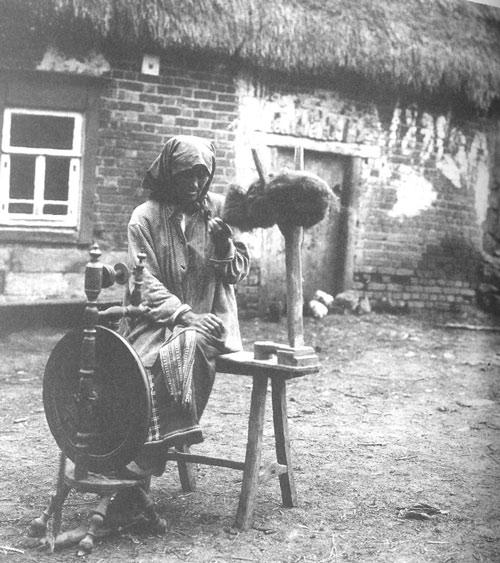 Крестьянка за самопрялкой. Тульская губ., Богородицкий у. с. Ивлево. 1902