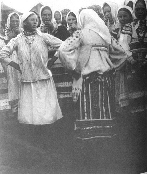 Пляска во время праздничного гулянья женщин. Орловская губ., Брянский у., д. Лившино. 1925