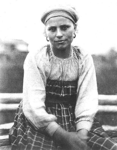 Молодуха в будничной одежде. Вологодская губ., Сольвычегодский у., д. Усть Топса. 1911