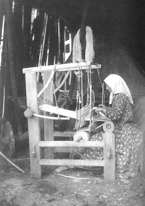 Женщина за изготовлением полотна. Уфимская губ., Уфимский у., с. Благовещенский Завод. 1912