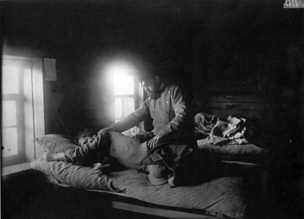 Доктор Решетилов осматривает больного сыпным тифом Кузьму Кашина в селе Накрусове 1891 -1892