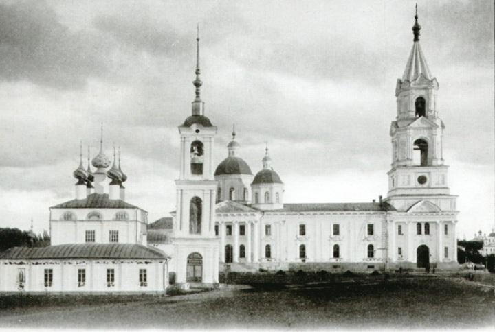 Успенский собор и Воскресенский собор.