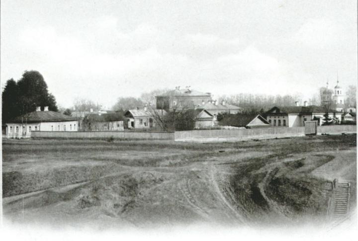 Вид от городского сада на больничные земские здания.