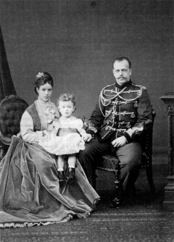 Цесаревич Александр Александрович и цесаревна Мария Федоровна со старшим сыном Николаем.
