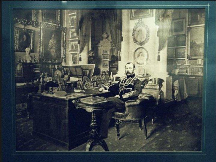 Император Александр II в рабочем кабинете. 1880 г