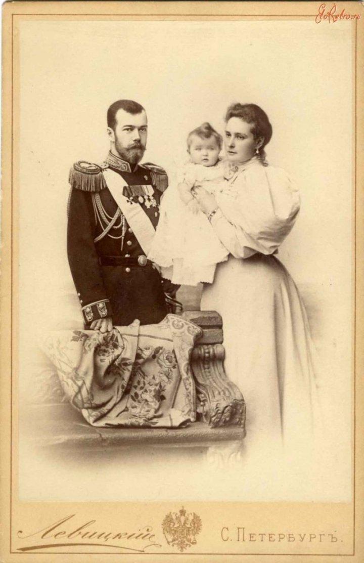 Император Николай II и императрица Александра Фёдоровна с дочерью Ольгой. 1896
