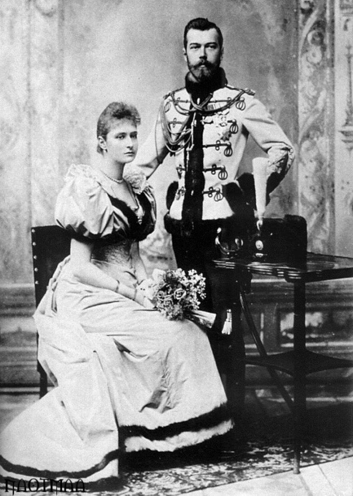 Официальная фотография помолвки Александры и Николая