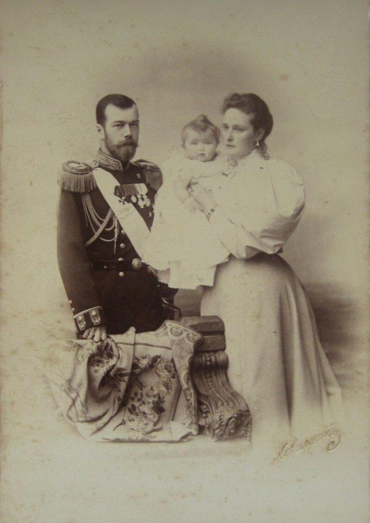 Николай II с Александрой Федоровной и дочерью Ольгой? 1896 г