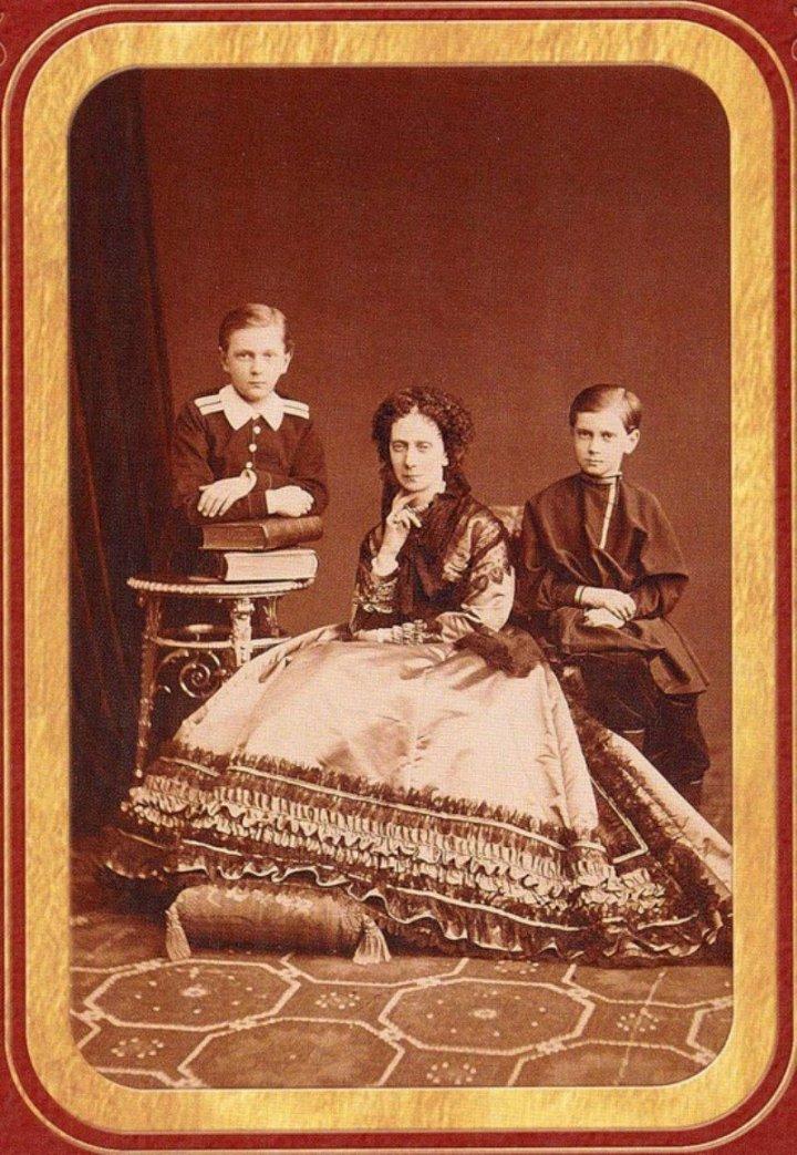 Императрица Мария Александровна с сыновьями Сергеем и Павлом. 1870 г