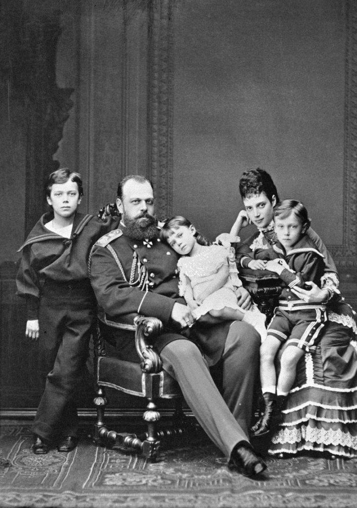 Александр III с женой и тремя старшими детьми. 1878 г