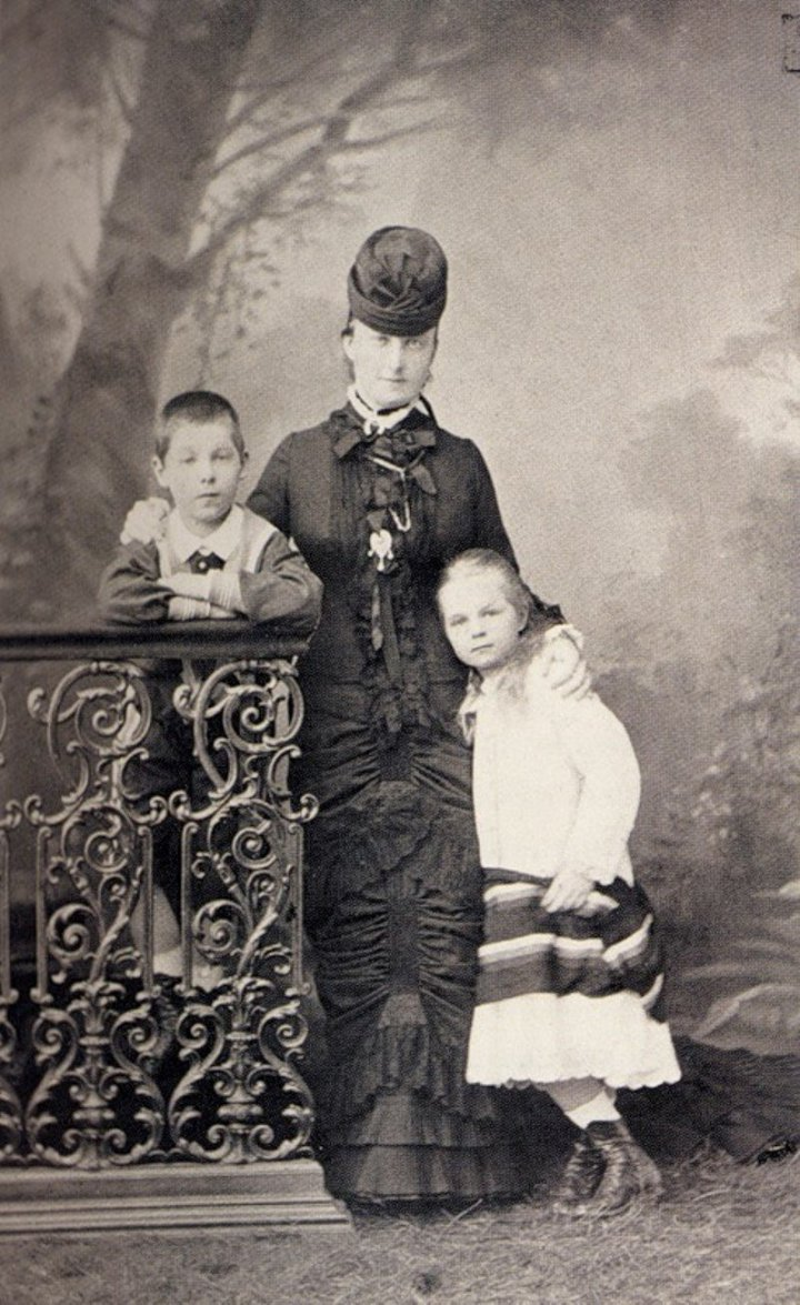 Светлейшая княгиня Е.М.Юрьевская с сыном Георгием и дочерью Ольгой. 1880-е