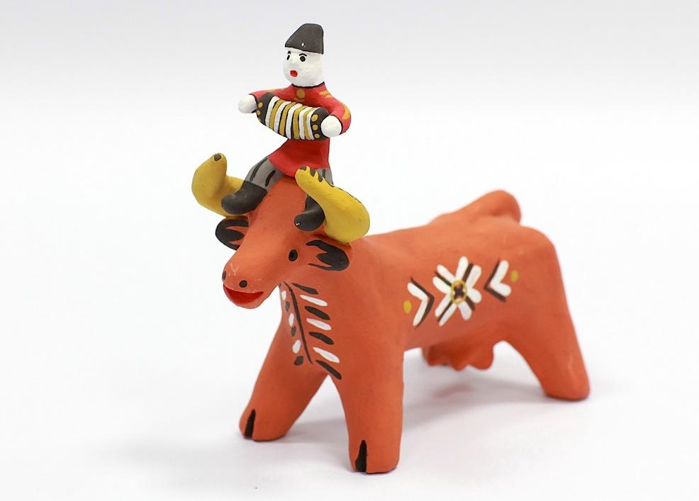 Гармонист верхом а корове. Каргопольская игрушка